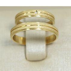 Aliança de Casamento em Ouro Amarelo 18K com Frisos e Brilhante Couple Ring Design, Alternative Wedding Rings, Gold Ring Designs, Gold Wedding Jewelry, Stylish Rings, Modern Jewelry, Beautiful Rings, Wedding Bands, Gold Rings