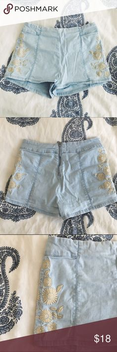 """Bullhead High Rise Embroidered Hot Shorts Super stretchy and comfortable shorts that hug your curves. Light wash with cream floral embroidery on the sides and an exposed back zipper. The style is high rise """"hot short."""" Marked a size 7, but fits me as a 26/27 in jeans. No flaws, a bit wrinkly from storage. Bullhead Shorts"""