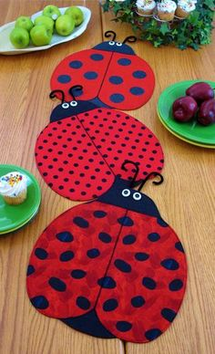 Place Mats and Table Runner Pattern, Lady Bug , The Ladies from Gabby's Quilts. Saved to Supplies for Crafts, Sewing and Quilting. Table Runner And Placemats, Table Runner Pattern, Quilted Table Runners, Quilting Projects, Sewing Projects, Fabric Crafts, Sewing Crafts, Place Mats Quilted, Ladybug Party