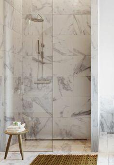 salle de bain avec douche italienne, carrelage en marbre blanc