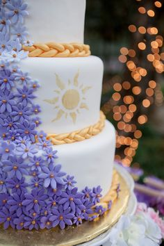 Wedding Themes Rapunzel, Rapunzel, With Hair So Fine, This Tangled-Themed Wedding Is Absolutely Divine - If you have a child — or are just a child at heart — then you have probably seen the beloved Disney movie Tangled at least 10 times. The animated Rapunzel Y Flynn, Bolo Rapunzel, Rapunzel Cake Ideas, Rapunzel Birthday Party, Birthday Parties, Wedding Themes, Wedding Decorations, Wedding Ideas, Wedding Rustic