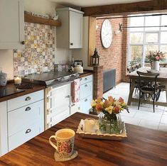 I've shared this gorgeous kitchen belonging to @the_lemonpipers before but it was a while ago now! Still love it as much as the first day I came across it.  #kitchen #kitchens #kitcheninspoweek #kitchenideas #kitcheninspo #kitcheninspiration #interior #interiors #interior123 #interiorlove #interiorinspo #interiordesign #interior2you #interiorblogger #interiorblog #home #homedecor #homerenovation #homereno #homerenoideas #myhome #instahome #instahomedecor #instahomedesign #countrykitchen…