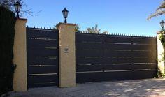 Cerramientos Candela te propone esta puerta corredera de banda gruesa a juego con la entrada individual.