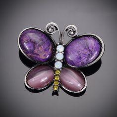 Umelecká ručne brúsená a leptaná brošňa - fialový motýľ