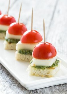 With Pesto Bites Enjoy these mini sized Caprese Bites with Pesto appetizers at your next party. Extra special by making your own pesto!Enjoy these mini sized Caprese Bites with Pesto appetizers at your next party. Extra special by making your own pesto! Baby Shower Appetizers, Comida Para Baby Shower, Appetizers For Party, Light Appetizers, Toothpick Appetizers, Easy Summer Appetizers, One Bite Appetizers, Summer Snacks, Summer Appitizers