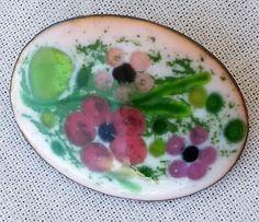Broche romantique émail blanc opale & vert par BreizhBijouxCreation