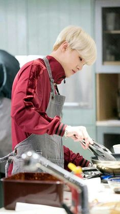Yoongi is cooking Suga Suga, Taehyung, Min Yoongi Bts, Min Suga, Bts Bangtan Boy, Namjoon, Daegu, Agust D, Foto Bts