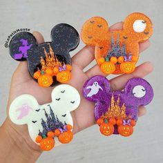 Spooktacular Glow-In-The-Dark Disney Halloween Brooches - Herzlich willkommen Disney Diy, Disney Snacks, Disney Crafts, Disney Cruise, Fall Halloween, Halloween Crafts, Halloween Decorations, Halloween Sewing, Halloween Cookies