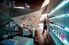 Wnętrze złotej bryły sklepu Frivole Prestige