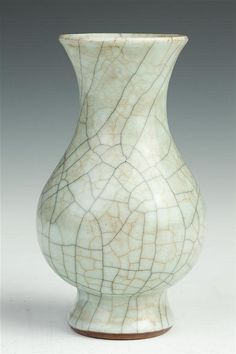 CHINESE GE-TYPE PORCELAIN VASE. Qing Dynasty. - 5 5/8 in. high.