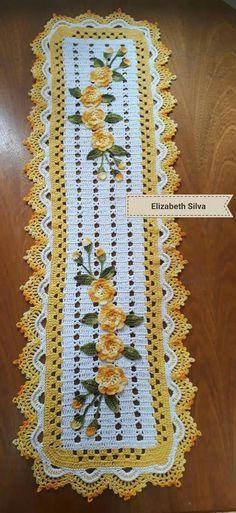 Tapete com flores aplicação Thread Crochet, Filet Crochet, Crochet Doilies, Crochet Flowers, Crochet Borders, Crochet Squares, Doily Patterns, Crochet Patterns, Crochet Table Runner