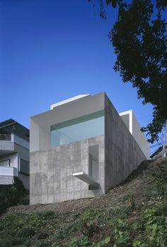 Today we're taking a small trip to Japan, to meet the work of a great minimalist Japanese architect Katsufumi Kubota and more precisely the T-House, a housing project located in Kanagawa prefecture southwest of Tokyo.