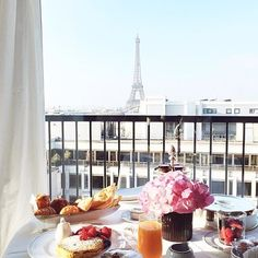 Talk about breakfast with a view  (: @parisinfourmonths)