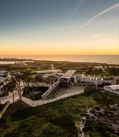 C'est un hôtel un peu hors norme que je vous ai déniché pour bien commencer la journée,  le Areias do seixo . L'architecte qui a conçu ce...