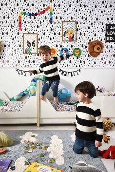 Quartinho com muito @amomooui projetado pela Gabriela Marques para os filhos gêmeos da Dani Chevalier. O destaque é o mix de estampas e cores como as estampas É FESTA e DOGS DIA que deixaram o ambiente mais lúdico e colorido. #kidsroom #colorful #colorido #quartocompartilhado #quartoparagemeos