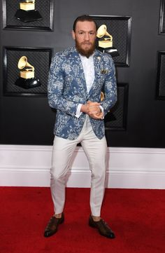 In lieu of having a stylist pull garments from big fashion brands to wear at the 2020 Grammys award, Lana Del Rey bought her dress herself at the mall. Conor Mcgregor Suit, Mcgregor Suits, Connor Mcgregor, Celebrity Red Carpet, Celebrity Look, Big Fashion, Fashion Brands, Fashion Outfits, Fashion 2020