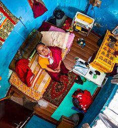 O fotógrafo francês John Thackwray resolveu revelar um pouco do universo particular de pessoas em seus quartos  e passou seis anos viajando pelo mundo com o My Room Project.