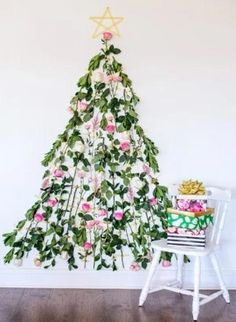 Want a fresh idea for decorating your tree this year? Well, the floral Christmas tree trend is a thing! Wall Christmas Tree, Unique Christmas Trees, Alternative Christmas Tree, Magical Christmas, All Things Christmas, Christmas Tree Decorations, Christmas Time, Christmas Crafts, Christmas Ideas