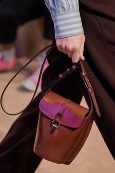 Salvatore Ferragamo Fall 2020 Ready-to-Wear Collection - Vogue Salvatore Ferragamo, Vogue Paris, Leather Skin, Leather Bags, Purse Styles, Models, Minimalist Fashion, Minimalist Style, Mannequins