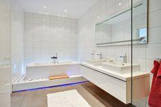 Helkaklat badrum med badkar från Duravit Starck. Bjurfors.se