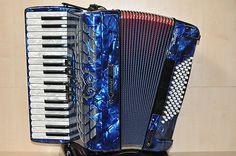 Ausstellungsstück    Bugari    Juniorfisa 115/J    blau         Diskant: 34 Tasten, 3-chörig, 5 Register    Bass: 72 Bass, 4-chörig, 2 Register    Farbe: blau / Balg innen rot    Gewicht: 7,4 kg    Abmessungen: 39x18,5x40         Inkl. Tragriemen und Koffer