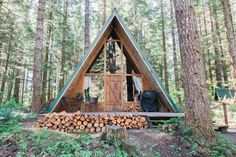 Ashford, US konumunda Tüm ev/daire. A quaint A-frame that has been recently remodeled. The cabin is located close to Mount Rainier & is a 1 minute walk to the Nisqually River. Enjoy sitting next to the wood stove after a hike up in the national park, watch a movie & relax. Wifi prov...