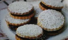 Amandelkoekjes met chocolade vulling van 'High tea'  van Susannah  Blake