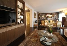 Salon par Brigitte Elbaze                   Aménagements menuisés sur mesure d'un meuble TV et d'une bibliothèque