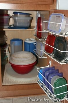 Tupperware Storage Solutions - Maybe lids in the door? And non-slip plastic shelf liners so the Tupperware doesn't fall all over. Container Organization, Food Storage Containers, Kitchen Organization, Organization Hacks, Kitchen Storage, Kitchen Decor, Plastic Containers, Organiser Tupperware, Tupperware Organizing