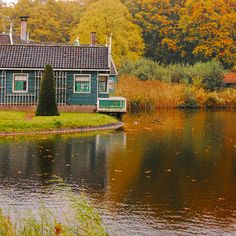Little house on the lake's edge in Altever, The Netherlands by Mendhak. Beautiful Homes, Beautiful Places, Haus Am See, Tiny House Swoon, Cabins And Cottages, Country Cottages, Little Houses, Tiny Houses, Lake Houses