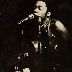 Uma das poucas fotografias (de autor desconhecido) da temporada junto com o Som Imaginário que teve sua estreia no Teatro Opinião, no Rio. Foi no começo dos anos 1970, quando o show Milton Nascimento e Ah! O Som Imaginário, deu origem ao disco que hoje muitos fãs e colecionadores chamam de Milton 70.