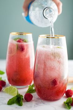 Raspberry Virgin Mojito- these mojitos are completely alcohol free but still delicious and perfect for a fun and refreshing summer drink! / mocktail