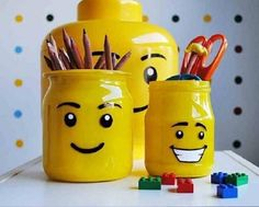 Does your child love Lego? Make him a pencil holder by recycling a glass jar with the look of a Lego man's head! I had an idea while writing my post, it would be important not to skip this step if you want to leave some bea Diy Spray Paint, Spray Painting, Deco Lego, Diy For Kids, Crafts For Kids, Lego Bedroom, Lego Craft, Lego Birthday Party, Legos