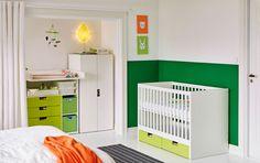 Ein Schlafzimmer mit STUVA Babybett mit Schubfächern in Weiß und Grün mit passendem Schrank und Wickeltisch
