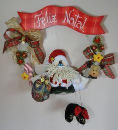 Guirlanda de Natal Papai Noel Benjamin e suas botinhas  Tamanho aproximado: 43 cm (altura) x 37 cm (largura) R$ 100,00