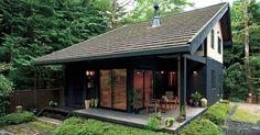 ジャパネスクハウス 程々の家のご紹介。何事も程々が一番だと思わせる家。西洋に走る過ぎることもなく、日本の伝統に凝りすぎることもない。造り過ぎず、飾り過ぎず。ログハウス・木の家のBESSです。 Modern Tiny House, Tiny House Cabin, Cozy House, Decoration Inspiration, Decoration Design, Style At Home, Hillside House, Compact House, Forest House