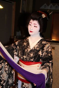 The geiko Satsuki dancing in a magnificient busy kimono! (Source)