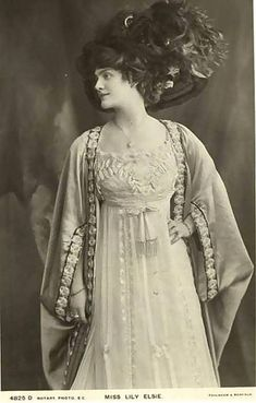 A Collection of 70 Beautiful Vintage Portrait Photos of Lily Elsie From Between the and ~ vintage everyday Victorian Women, Edwardian Era, Edwardian Fashion, Vintage Fashion, Vintage Photographs, Vintage Photos, Vintage Portrait, Vintage Girls, Vintage Dresses