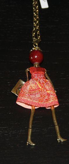 Collana con ciondolo bambolina metallo argento/oro - Minou Bijoux - Collana in catena anallergica con ciondolo a bambolina vestita, in vero tessuto cucito a mano. La testa delle bamboline