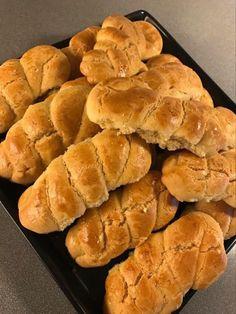 Πασχαλινά κουλουράκια !!! ~ ΜΑΓΕΙΡΙΚΗ ΚΑΙ ΣΥΝΤΑΓΕΣ 2 Greek Desserts, Hot Dog Buns, Food To Make, Food And Drink, Cookies, Favorite Recipes, Sweets, Bread, Easter