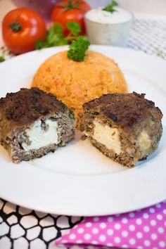 Bifteki: 500g Hackfleisch 250g Schafskäse (alternativ Feta) 1 Zwiebel 1 Knoblauchzehe 2 Eier 1 Bund Petersilie 1 TL Piment 1 EL gemahlene Mandeln 1 TL Guarkernmehl* Salz, Pfeffer Tomaten-Blumenkohlreis: 1kleinerBlumenkohl 1 Zwiebel 4 Tomaten 50g Tomatenmark 2EL Crème fraîche Paprika edelsüß, Pfeffer, etwas Brühe (ohne Zusatzstoffe und Geschmacksverstärker)  Den Blumenkohl mit einem Mixer zerkleinern …