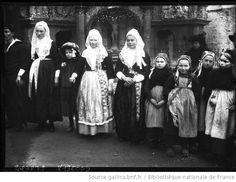 Mariés de Plougastel, 11-1-10 [femmes et fillettes en costume traditionnel breton au pied du calvaire] : [photographie de presse] / [Agence Rol] --1910