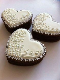 See more about mini wedding cakes, heart weddings and mini cakes. Fancy Cookies, Iced Cookies, Royal Icing Cookies, Cookies Et Biscuits, Cupcake Cookies, Sugar Cookies, Heart Cupcakes, Heart Cookies, Simple Cupcakes