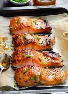 Лосось по-тайски       6 шт филе лосося (около 180 г одно филе)     Соль     120 г сладкого тайского соуса с перцем чили     3 столовые ложки нарезанного зелёного лука     Растительное масло     Для тайского соуса:     100 г жидкого мёда или сахарного сиропа     50 мл воды     2 столовые ложки уксуса     1 столовая ложка кукурузного крахмала     1 маленький раздавленный зубчик чеснока     1 чайная ложка соли     1/2 чайной ложки хлопьев перца чили