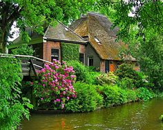 Cottage on canal in Giethoorn Fairytale Cottage, Storybook Cottage, Garden Cottage, Cozy Cottage, Cottage Living, Cottages Anglais, Cottage Style Homes, Cabins And Cottages, Cabana