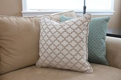 Great tutorial for a pillow with piping.