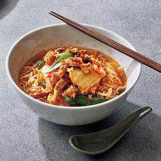 簡単夏バテ解消メニューのイチオシ!豚キムチラーメン ヘルス 健康 食 レシピ 美的 Japchae, Thai Red Curry, Ramen, Noodles, Ethnic Recipes, Shops, Food, Noodle, Tents