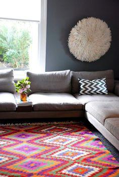 Весьма оригинально: круглый белый #коврик на стене в контрасте с цветастым ковром на полу: динамизм и ясность мысли. В такой гостиной хорошо ...