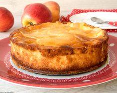 me decía que tenía una receta de su madre de hace muchos años, con manzana, muy sencilla de hacer y deliciosa. sabina quería que esta receta llegará a más personas para que no solo ella y su familia la pudieran disfrutar. nos pusimos en contacto y me mando esta receta que os traigo hoy. Desserts Espagnols, Spanish Desserts, Cheesecake, Apple Pie, Camembert Cheese, Fondant, Recipies, Food And Drink, Cooking Recipes