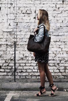 """Eine echte Schönheit mit Charakter! Das ist """"Cecilia"""". Die Handtasche aus hochwertig verarbeitetem, dunkelbraunem Büffelleder eignet sich perfekt als Shopper für die Stadt, die Uni oder die Arbeit. Außen schlicht und einfach gehalten, offenbart sie im Inneren ein hübsches, gestreiftes Innenfutter - Ledershopper - Handtasche - Lifestyle - Gusti Leder - 2M43-26-23"""